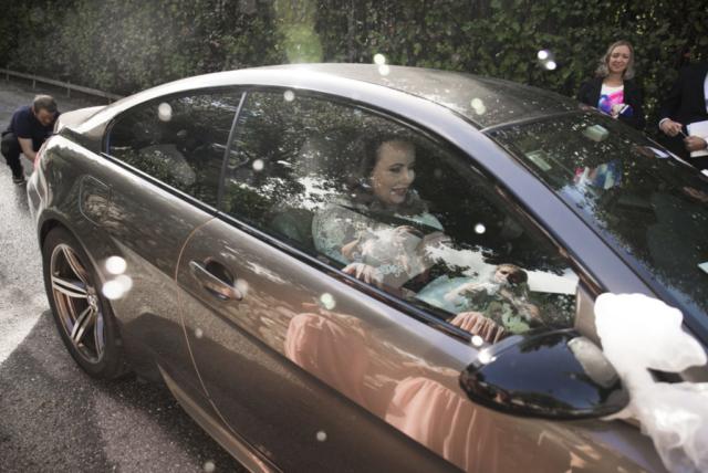 nygift par kjører fra kirken