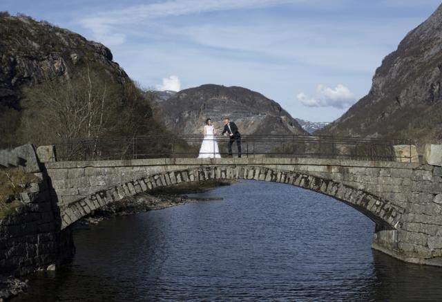 Brudepar på broen