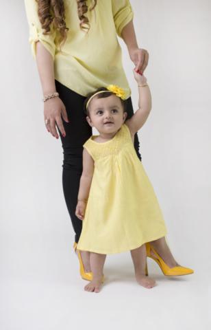 jente i en gul kjole