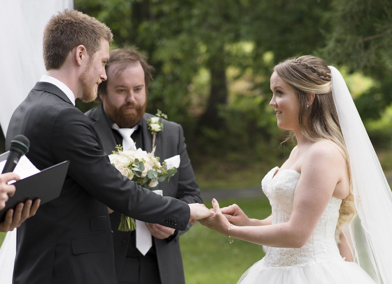 bruden setter ringen på fingeren