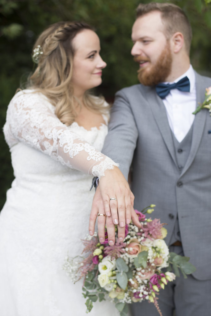 brudepar viser sine gifteringer
