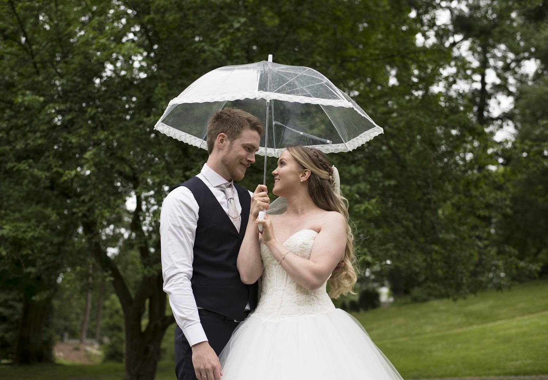 brudepar under paraply